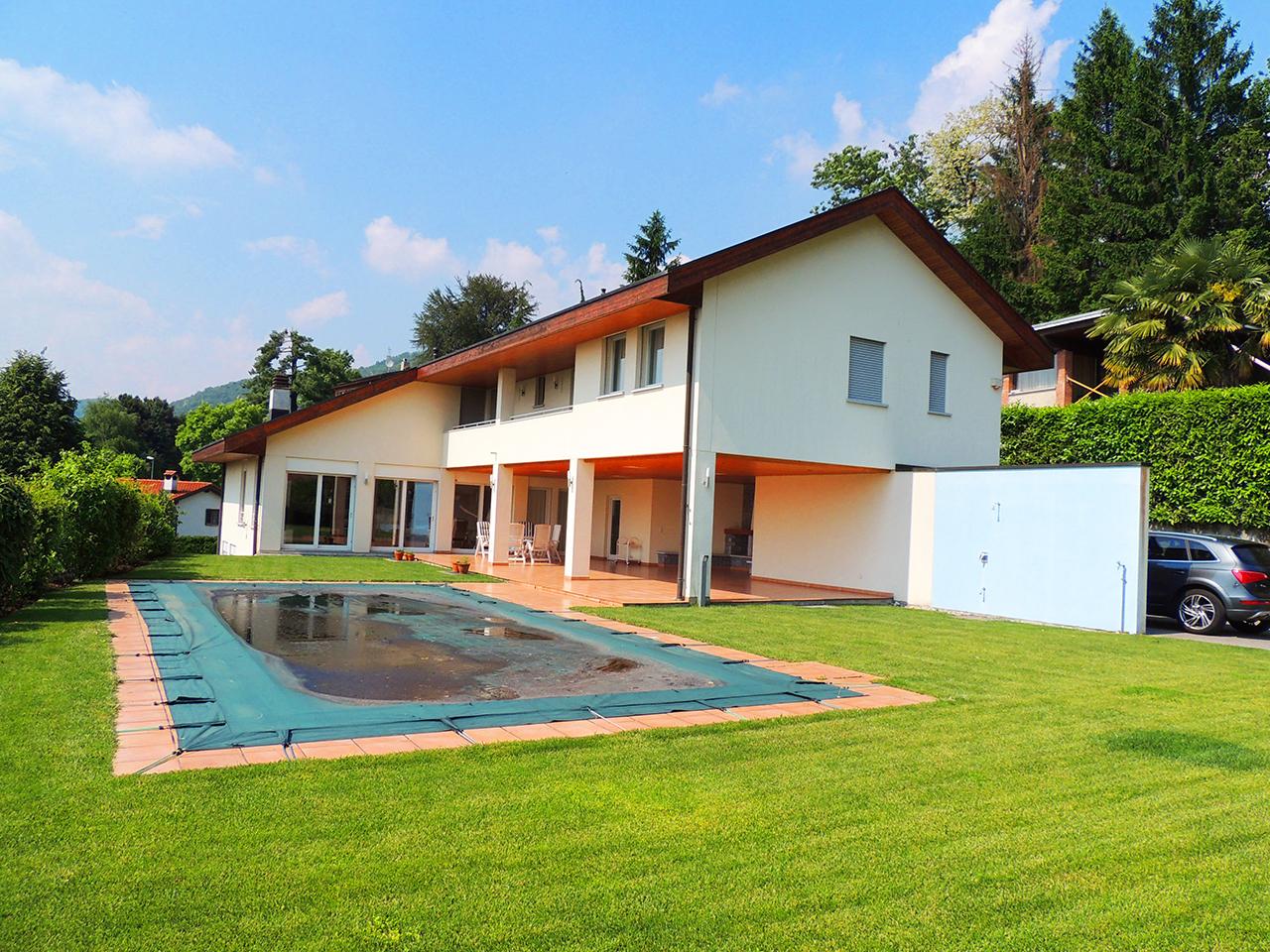 Villa elegante con piscina a cadro for Villa elegante